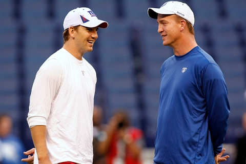 Giants' Eli Manning talks with his brother Colts' Peyton Manning before the start of their NFL football game in Indianapolis